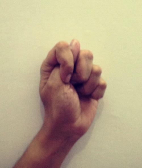 Kapittha мудра - мудра для сексуального исцеления и повышения чувствительности Kapittha Мудра приводит к связи между сердцем и таза.  Эта мудра помогает в развитии преданности к партнеру.  Kapittha мудра представляет сексуальный союз.  Ее практика приводит к сексуальному исцелению который на самом деле освобождения вины и нечистые чувства вокруг сексуальности.  Он стимулирует либидо, улучшает чувствительность и приводит к единству сердца с партнером.  Чтобы сделать Kapittha мудра, вам нужно вставить палец между указательным и средним пальцами, как указано.  Остальные пальцы закроется в кулак.  У этой мудры, сидя в удобном положении.  Левая рука будет размещен на сердце и правую руку на таз.  Закройте глаза, расслабьтесь и дышите естественно.  Почувствуйте единство чувственности и духовности при соблюдении сердцебиение и поток энергии.  Вы можете сделать это мудру в течение 10-15 минут или в случае необходимости.  Эта мудра отлично подходит для людей, входящих в красивом этапе союз с партнером или для тех, кто чувствует холодно в отношениях из-за стресса и тревоги.